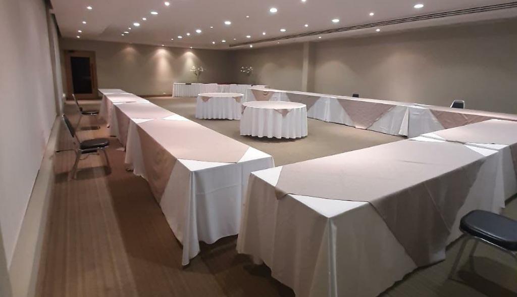 <h6>MEETING ROOMS</h6>